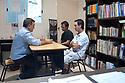 Cesar Meridda, nato in Argentina ma di origini bittesi, a colloquio con due oriundi italiani negli uffici della scuola in cui lavora, che ospita anche uno spazio dedicato alla consulenza per gli oriundi del nostro paese.<br /> Immagine scattata a Buenos Aires, in comune di San Isidro