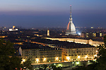 Italien, Piemont, Hauptstadt Turin: Blick vom Monte dei Cappuccini am Abend, Wahrzeichen Mole Antonelliana | Italy, Piedmont, capital Torino: from view point Monte dei Cappuccini, Mole Antonelliana, evening