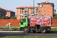 Milano, quartiere Salomone. Pulizia, lavaggio delle strade con automezzo AMSA --- Milan, Salomone district. Street cleaning