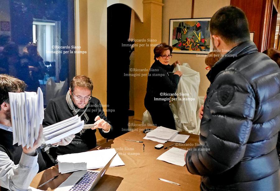 - NAPOLI 28 FEB 2015  -   Primarie PD il ritiro del kit all'Hotel delle Terme di Agnano per l'allestimento dei seggi per scegliere il candidato del centrosinistra alla presidenza della Regione Campania