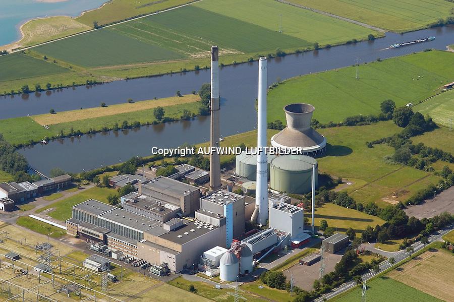 Kraftwerk Robert Frank : EUROPA, DEUTSCHLAND, NIEDERSACHSEN, 13.06.2005: Erdgasfunde im nahen Weser-Ems-Gebiet waehrend der fuenfziger Jahre sowie ausreichend Kuehlwasser fuer den Betrieb eines großen Kraftwerks bestimmten die Entscheidung fuer den Bau eines Kraftwerks auf Erdgasbasis in Landesbergen, suedlich von Nienburg an der Weser. Die ersten beiden Bloecke, die mittlerweile nicht mehr in Betrieb sind, gingen 1962 ans Netz; zwei weitere kamen 1967 und 1973 hinzu. Inzwischen ist nur noch der zuletzt gebaute Block 4 in Betrieb.  .Am Standort des Gaskraftwerkes Robert Frank der E.ON Kraftwerke in Landesbergen entstand nach einer Bauzeit von nur 16 Monaten das Biomasseheizkraftwerk Landesbergen.  (Anlage im Vordergrund).Das Kraftwerk, in dem ueberwiegend Altholz verbrannt wird, leistet einen wichtigen Beitrag zur Reduzierung des Treibhausgases CO2. Im Betrieb wird CO2-neutral Strom produziert und damit jaehrlich rund 120.000 Tonnen CO2 eingespart.. . Luftaufnahme, Luftbild,  Luftansicht