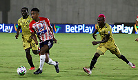 BARRANQUILLA-COLOMBIA, 20-09-2020: Cristian Higuita de Atletico Junior y Jader Obrian, Jonny Mosquera de Rionegro Aguilas Doradas disputan el balon, durante partido entre Atletico Junior y Rionegro Aguilas Doradas, de la fecha 9 por la Liga BetPlay DIMAYOR I 2020, jugado en el estadio Romelio Martinez de la ciudad de Barranquilla. / Cristian Higuita of Atletico Junior and Jader Obrian, Jonny Mosquera of Rionegro Aguilas Doradas battle for the ball, during a match between Atletico Junior and Rionegro Aguilas Doradas of the 9th date for the BetPlay DIMAYOR I Leguaje 2020 played at the Romelio Martinez Stadium in Barranquilla city. / Photo: VizzorImage / Jairo Cassiani / Cont.