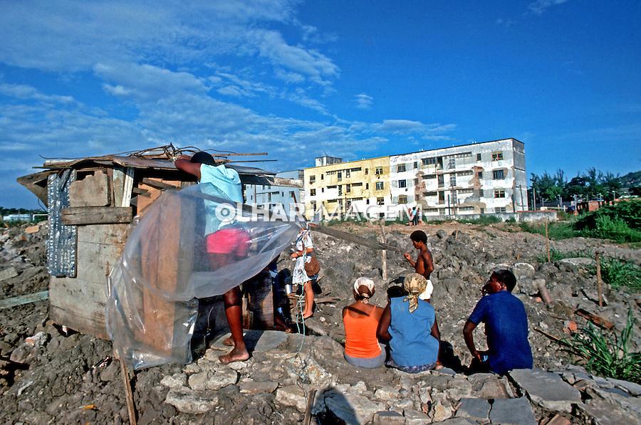 Inicio de ocupaçao de terreno com favela. Rio de Janeiro. 1986. Foto de Joao Roberto Ripper.