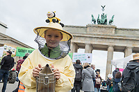 """Unter dem Motto """"Dampf machen fuer bienenfreundliche Landwirtschaft"""" versammelten sich am Samstag den 27. Oktober 2018 in Berlin mehrere hundert Menschen um fuer eine bienenfreundliche und oekologische Landwirtschaft zu demonstrieren.<br /> Im Bild: Der zehnjaehrige Noah Monier aus Arnsberg. Er hat bereits sein eigenes Bienenvolk.<br /> 27.10.2018, Berlin<br /> Copyright: Christian-Ditsch.de<br /> [Inhaltsveraendernde Manipulation des Fotos nur nach ausdruecklicher Genehmigung des Fotografen. Vereinbarungen ueber Abtretung von Persoenlichkeitsrechten/Model Release der abgebildeten Person/Personen liegen nicht vor. NO MODEL RELEASE! Nur fuer Redaktionelle Zwecke. Don't publish without copyright Christian-Ditsch.de, Veroeffentlichung nur mit Fotografennennung, sowie gegen Honorar, MwSt. und Beleg. Konto: I N G - D i B a, IBAN DE58500105175400192269, BIC INGDDEFFXXX, Kontakt: post@christian-ditsch.de<br /> Bei der Bearbeitung der Dateiinformationen darf die Urheberkennzeichnung in den EXIF- und  IPTC-Daten nicht entfernt werden, diese sind in digitalen Medien nach §95c UrhG rechtlich geschuetzt. Der Urhebervermerk wird gemaess §13 UrhG verlangt.]"""