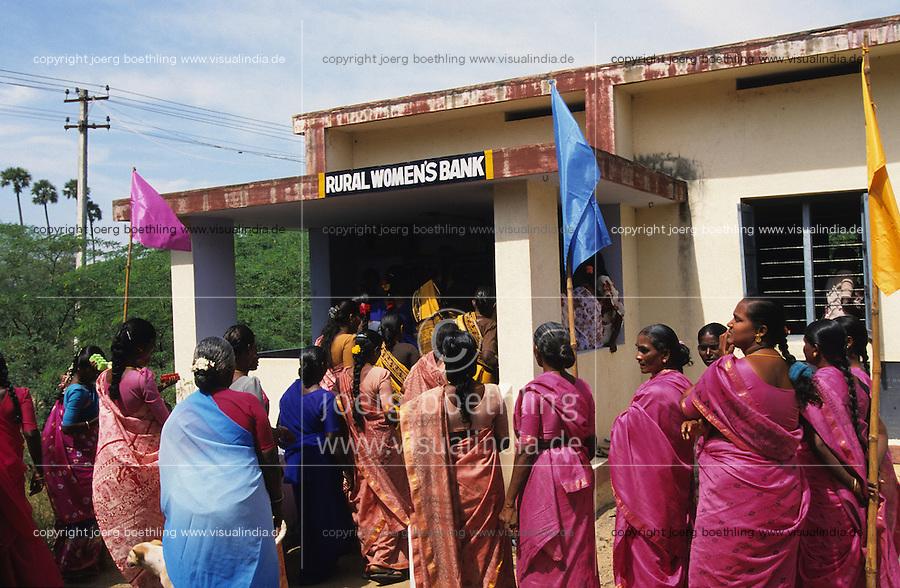 INDIA, Tamil Nadu, dalit women organisation and rural woman bank, women get Micro-credits for small enterprises for income generation / INDIEN Tamil Nadu, Athiplayam, NGO organisiert Dalit Frauen, sie erhalten Mikrokredite zur Existenzgruendung von der Kooperative Sparkasse