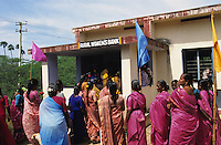 INDIA, Tamil Nadu, dalit women organisation and rural woman bank, women get Micro-credits for small enterprises for income generation / INDIEN Tamil Nadu, Athiplayam, NGO organisiert Dalit Frauen, sie erhalten Mikrokredite zur Existenzgruendung von der Kooperative Sparkasse