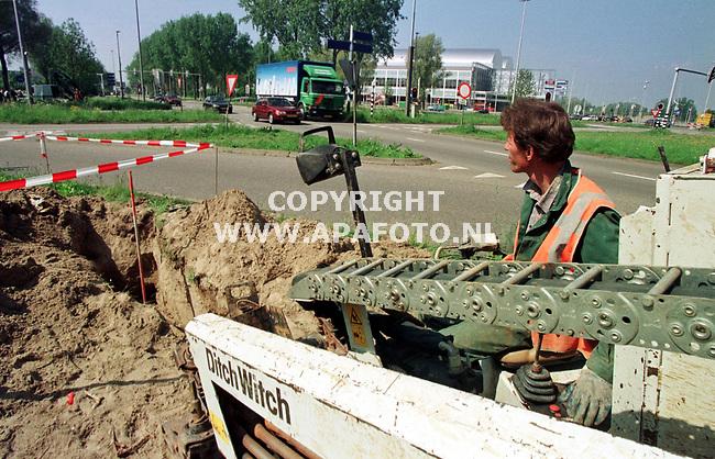 Arnhem,08-05-98  Foto:Koos Groenewold (APA)<br />De firma vd Beek uit Neerijnen boort onder de weg door voor de aanleg van een glasvezelkabel voor Nuon Telekabel.<br />Zie ook apagalsvezel1.jpg voor meer informatie.<br />VRIJBLIJVEND