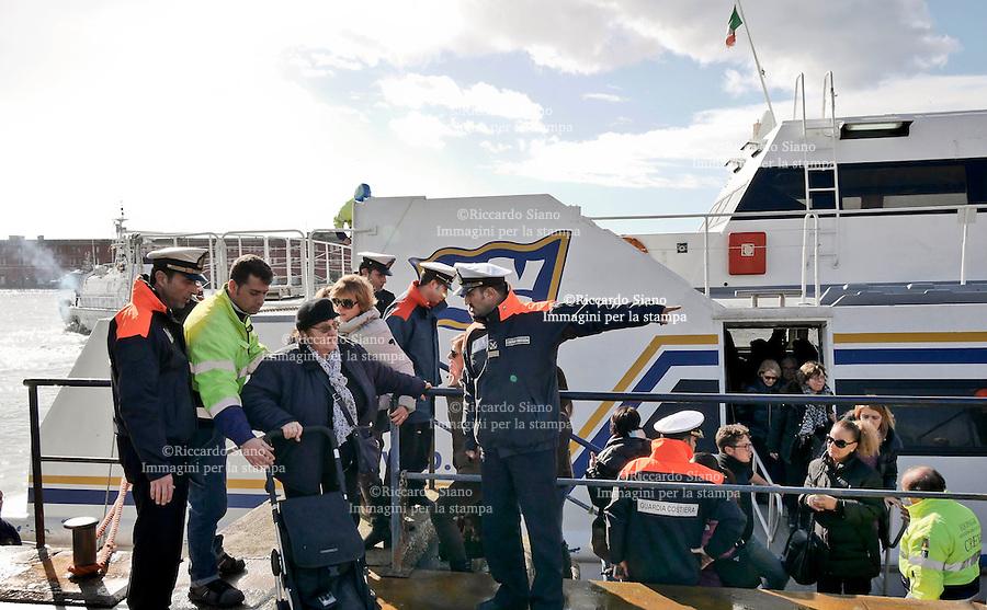 - NAPOLI  6 FEB 2014 - Capri, aliscafo Zenit della NLG in avaria allarme rientrato dopo sos.<br /> La Capitaneria di porto di Napoli ha coordinato i soccorsi, incolumi passeggeri ed equipaggio che sono stati riportati a Napoli, l'aliscafo partito da Capri era rimasto in avaria al largo di Sorrento per un incendio ad un motore. nella foto l'arrivo a Napoli.