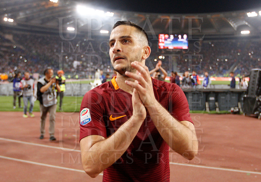 Calcio, Serie A: Roma vs Juventus. Roma, stadio Olimpico, 14 maggio 2017. <br /> Roma's Kostas Manolas greets fans at the end of the Italian Serie A football match between Roma and Juventus at Rome's Olympic stadium, 14 May 2017. Roma won 3-1.<br /> UPDATE IMAGES PRESS/Riccardo De Luca