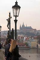 EEurope/République Tchèque/Prague: Sur le   Pont Charles  sur la  Vltava  couple de touristes