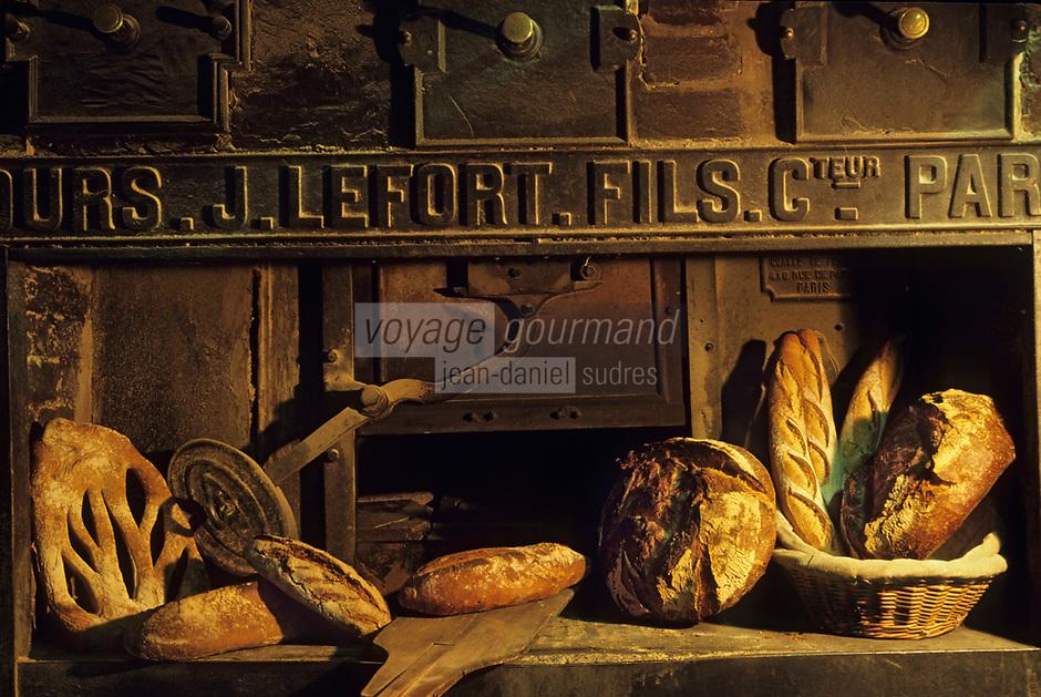 """Europe/France/Ile-de-France/Paris: """"BELLE EPOQUE"""" - Boulangerie """"Le Moulin de la Vierge"""" 105 rue Vercingétorix - Pains sur four à pain<br /> PHOTO D'ARCHIVES // ARCHIVAL IMAGES<br /> FRANCE 1990"""