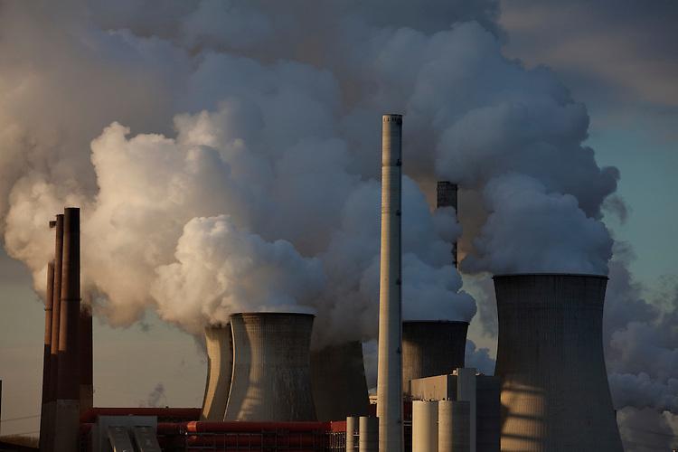 Europa, DEU, Deutschland, Nordrhein Westfalen, NRW, Rheinland, Niederrhein, Grevenbroich, Kraftwerk Neurath, Braunkohlekraftwerk, Rauch, Emission, Kuehltuerme, Dampf, Wasserdampf, Kategorien und Themen, Umwelt, Umweltschutz, Umweltverschmutzung, Umweltprobleme, Umweltbelastung, Umweltzerstoerung, Umweltsuender, Umweltverbrechen, Umweltthema, Umweltthemen, Industrie, Industriefotografie, Wirtschaft, Wirtschaftsthemen, Technik, Technologie, Technologien....[Fuer die Nutzung gelten die jeweils gueltigen Allgemeinen Liefer-und Geschaeftsbedingungen. Nutzung nur gegen Verwendungsmeldung und Nachweis. Download der AGB unter http://www.image-box.com oder werden auf Anfrage zugesendet. Freigabe ist vorher erforderlich. Jede Nutzung des Fotos ist honorarpflichtig gemaess derzeit gueltiger MFM Liste - Kontakt, Uwe Schmid-Fotografie, Duisburg, Tel. (+49).2065.677997, ..archiv@image-box.com, www.image-box.com]