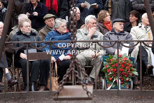 Nijmegen, 220209<br /> Vandaag werd herdacht dat 65 jaar geleden Nijmegenen gebombardeerd werd. Hierbij waren veel overlevenden hiervan aanwezig. Bij monument de Schommel een minuut stilte en werden kransen gelegt.<br /> Foto: Sjef Prins - APA Foto