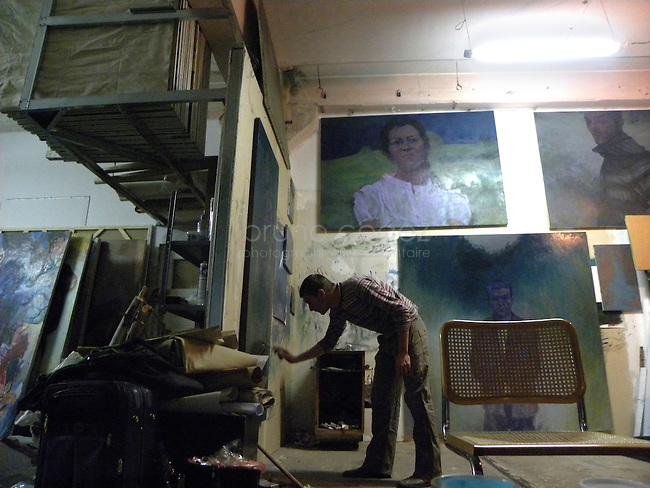 István Betuker et Szabolcs Veres partagent leur atelier en deux..Ils construisent leur espace de telle façon que tous les recoins soient utilisés pour toutes les necessités d'un peintre ( lieu de peinture, de stockage, de repos). .Voici István travaillant une de ses peintures.