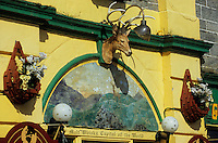 Europe/Grande-Bretagne/Ecosse/Moray/Speyside/Dufftown : Détail façade kitsh d'un bar à whiskies