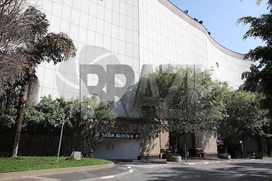 SÃO PAULO, SP, 08/08/2012, FACHADA WEST PLAZA. A qualquer momento o Shopping West Plaza pode ser lacrado pela prefeitura de São Paulo, que cassou o álvara de funcionamento devido a irregularidades. Luiz Guarnieri/ Brazil Photo Press.