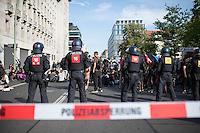 Das bundesweite Blockupy-Buendnis versuchte am Freitag den 2. September 2016 in Berlin mit einer Blockade das Wirtschaftsministerium lahmzulegen. Dafuer sammelten sich an zwei Treffpunkten insgesammt etwa 1.000 Menschen an angemeldeten Kundgebungsplaetzen. Von einem der Kundgebungsorte Kundgebungen aus gelang es mehreren hundert Menschen durch austricksen der Polizei bis zum Ministerium zu gelangen um sich dort auf die Strasse zu setzen. Vom zweiten Kundgebungsort gelang es den Menschen nicht, spaeter durften sie aber zu der SItzblockade um dann gemeinsam als Demonstration zum Potsdamer Platz zu ziehen.<br /> Die Polizei war mit ca. 2000 Beamten im Einsatz und hatte schon in den Morgenstunden alle Zufahrtsstrassen zum Wirtschaftsministerium vorsorglich abgeriegelt.<br /> 2.9.2016, Berlin<br /> Copyright: Christian-Ditsch.de<br /> [Inhaltsveraendernde Manipulation des Fotos nur nach ausdruecklicher Genehmigung des Fotografen. Vereinbarungen ueber Abtretung von Persoenlichkeitsrechten/Model Release der abgebildeten Person/Personen liegen nicht vor. NO MODEL RELEASE! Nur fuer Redaktionelle Zwecke. Don't publish without copyright Christian-Ditsch.de, Veroeffentlichung nur mit Fotografennennung, sowie gegen Honorar, MwSt. und Beleg. Konto: I N G - D i B a, IBAN DE58500105175400192269, BIC INGDDEFFXXX, Kontakt: post@christian-ditsch.de<br /> Bei der Bearbeitung der Dateiinformationen darf die Urheberkennzeichnung in den EXIF- und  IPTC-Daten nicht entfernt werden, diese sind in digitalen Medien nach §95c UrhG rechtlich geschuetzt. Der Urhebervermerk wird gemaess §13 UrhG verlangt.]