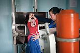 Tatjana hat eine einjährige Tochter hinterlassen, die jetzt von<br />ihrer jüngeren Schwester aufgezogen werden muss. Am Tag nach<br />der Beerdigung finden sich die Angehörigen in Straseni im<br />Krankenhaus ein, um sich auf eine mögliche Infektion untersuchen<br />zu lassen. // Moldova is still the poorest country of Europe. Hopes to join the European Union are high. After progress in the past years tuberculosis is on the rise again. The number of new patients raise since 2010 and is on a level that has not been reached since the late 90s.