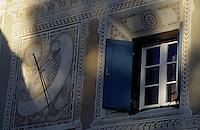 Europe/Suisse/Engadine/Bever: Détail maison, fenêtre et cadran solaire