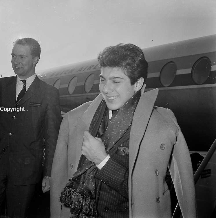 Canadian singer Paul Anka arive at Schipol airport, Holland, Mach 17, 1964.<br /> <br /> PHOTO :   Pot, Harry / Anefo