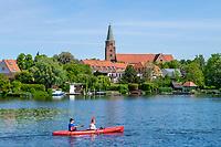 Paddler auf dem Brandenburger Stadtkanal, hinten der Dom Sankt Peter und Paul und die Dominsel, Brandenburg an der Havel, Brandenburg, Deutschland