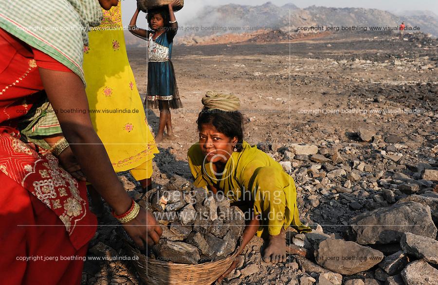 INDIA Jharkhand Dhanbad Jharia, children collect coal from dumping site of COAL INDIA coalfield to sell as coking coal on the market for the livelihood of her family, girl Suman 11 years old / INDIEN Jharkand Dhanbad Jharia, Kinder sammeln Kohle auf einer Abraumhalde am Rande eines Kohletagebaus zum Verkauf als Koks auf dem Markt, Maedchen Suman 11 Jahre, Hintergrund brennender Kohleabraum