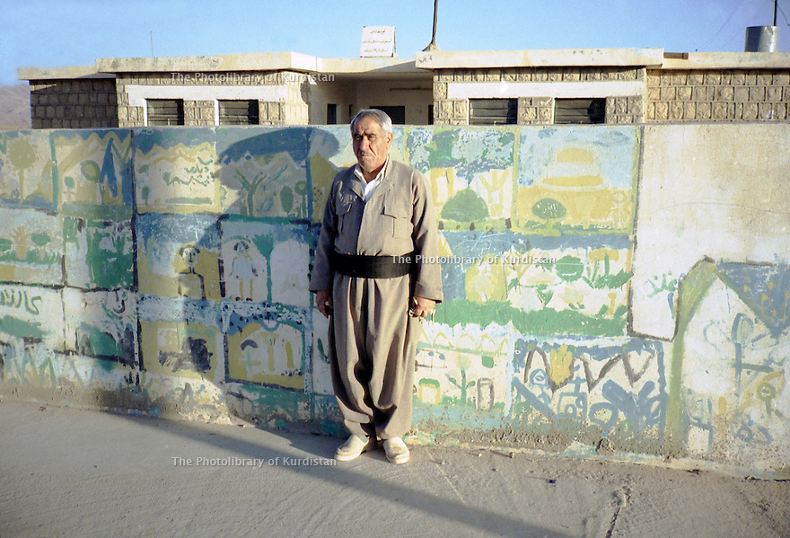 Irak 2000.Le directeur de l'école de Armotha.     Iraq 2000.The headmaster of Armotha in front the school