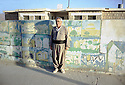 Irak 2000  Le directeur de l'école de Armotha     Iraq 2000  The headmaster of Armotha in front the school