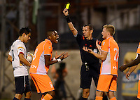 ENVIGADO - COLOMBIA -14 -02-2016: Wilson Lamoroux (Der.) arbitro, muestra tarjeta amarilla a Yairo Moreno (Izq.), jugador de Envigado FC, durante partido por la fecha 3 entre Envigado FC y Deportivo Independiente Medellin, de la Liga Aguila I-2016, en el estadio Polideportivo Sur de la ciudad de Envigado. / Wilson Lamoroux (R), referee, shows yellow card to Yairo Moreno (L), player of Envigado FC, during a match of the 3 date between Envigado FC and Deportivo Independiente Medellin, for the Liga Aguila I-2016 at the Polideportivo Sur stadium in Envigado city. Photo: VizzorImage. / Leon Monsalve / Str.
