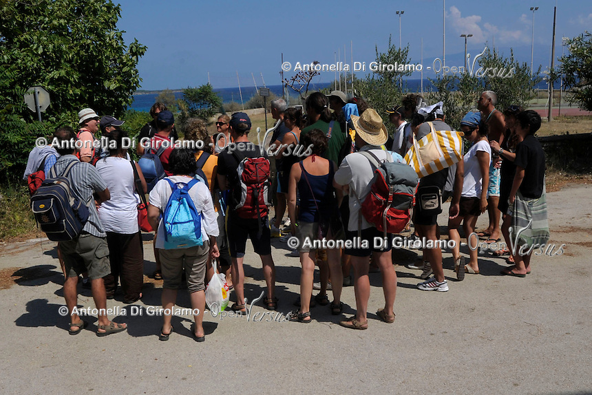 Turisti durante la visita guidata. Tourists during the tour.
