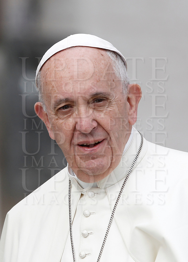 Papa Francesco arriva all'udienza generale del mercoledi' in Piazza San Pietro, Citta' del Vaticano, 7 settembre 2016.<br /> Pope Francis arrives for his weekly general audience in St. Peter's Square at the Vatican, 7 September 2016.<br /> UPDATE IMAGES PRESS/Isabella Bonotto<br /> <br /> STRICTLY ONLY FOR EDITORIAL USE