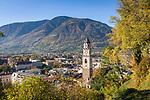 Italien, Suedtirol, Meran: Stadtansicht mit Pfarrkirche St. Nikolaus im Herbst | Italy, South Tyrol (Alto Adige-Trentino), Merano: city overview with parish church St. Nikolaus, autumn scene