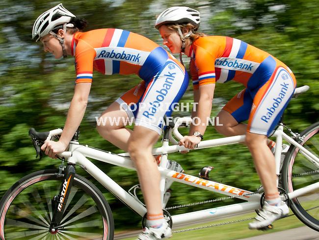 ARNHEM 060612 Pilote Sigrid Kuizenga en stoker Joleen Bakker gaan met de tandem naar de Paralympics in Londen.<br /> Foto: Jorrit Knuvelder - APA Foto