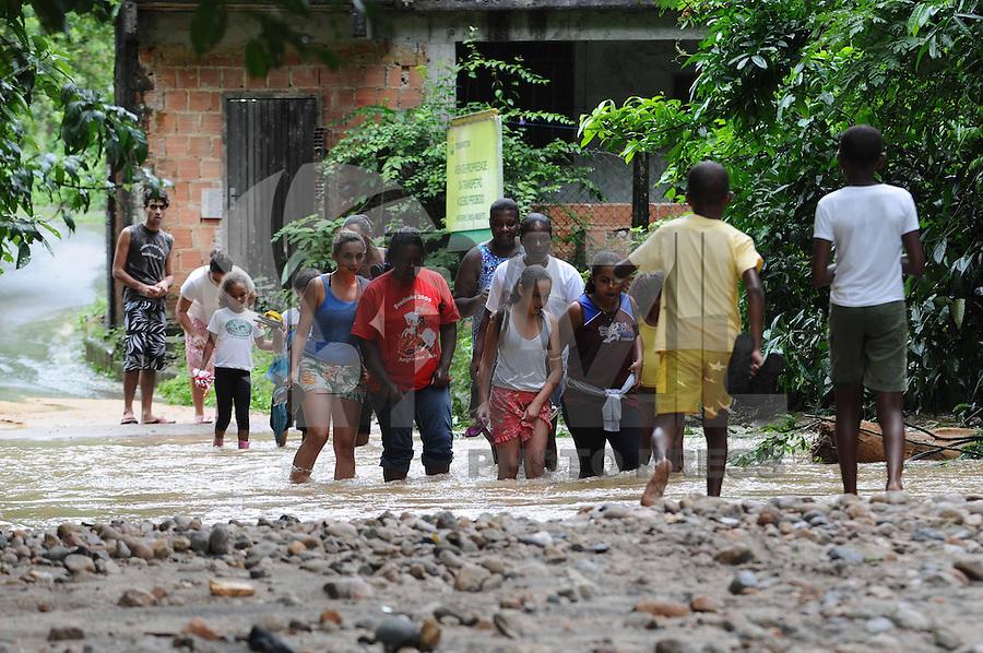 ANGRA DOS REIS, RJ, 04 DE JANEIRO 2012 - Moradores enfrentam dificuldades para se locomover na região onde residencias da comunidade de Caputera, em Angra dos Reis (RJ), e a rodovia que liga o povoado à BR-101 (Rio-Santos) foram completamente destruídos após o transbordamento do rio Caputera, na tarde de ontem (04). A comunidade ficou completamente isolada. FOTO: ADRIANO LIMA - BRAZIL PHOTO PRESS.