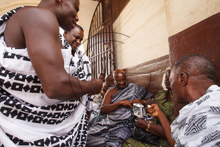 Africa, Ghana,Kumasi, Ashanti people bargain for jewelery
