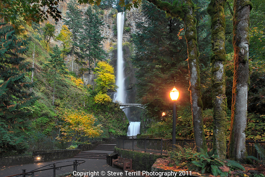 Multnomah Falls with autumn colors in Columbia River Gorge National Scenic Area, Oregon
