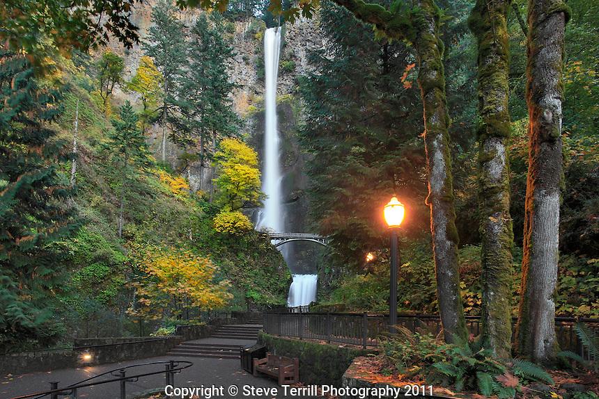 Multnomah Falls with autumn colors in Columbia River Gorge National Scenic Area, Oregon