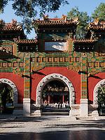 Pailou-Ehrentor vor der kaiserlichen Akademie, Peking, China, Asien<br /> Pailou gate of honor at Imperial Academy, Beijing, China, Asia