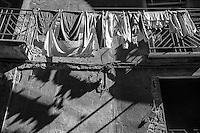 Benevento - centro storico - panni stesi proiettano la loro ombra sul muro.