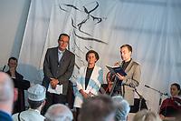 Feier zum einjaehrigen Bestehen der liberalen Ibn Rushd-Goethe Moschee in Berlin-Moabit.<br /> Die Ibn-Rushd-Goethe-Moschee ist eine liberale Moschee in Berlin. Sie wurde am 16. Juni 2017 eroeffnet. Ihre Gruendung geht massgeblich auf die Rechtsanwaeltin und Frauenrechtlerin Seyran Ates (rechts im Bild) zurueck.<br /> Die Benennung der Moschee erfolgte nach dem andalusischen Arzt und Philosophen Averroes (arab. Ibn Ruschd, 1126–1198), der im Mittelalter fuer seine Kommentare zum Werk von Aristoteles bekannt war, sowie nach dem deutschen Dichter Johann Wolfgang von Goethe (1749–1832) in Wuerdigung seiner Auseinandersetzung.<br /> In der Moschee wird ein liberaler Islam praktiziert. So sollen Frauen und Maenner gemeinsam beten, auch wird die Predigt von Frauen gesprochen. Homosexuelle Maenner und Frauen sind ausdruecklich willkommen. Die Moschee steht verschiedenen islamischen Konfessionen offen stehen, darunter Sunniten, Schiiten, Aleviten und Sufis.<br /> Im Bild ein gemeinsames interreligioeses Gebet mit Imam Abbas El-Fares (links), Lala Suesskind, fruehere Vorsitzende der Berliner Juedischen Gemeinde (mitte) und Pfarrer Sascha Gebauer.<br /> 15.6.2018, Berlin<br /> Copyright: Christian-Ditsch.de<br /> [Inhaltsveraendernde Manipulation des Fotos nur nach ausdruecklicher Genehmigung des Fotografen. Vereinbarungen ueber Abtretung von Persoenlichkeitsrechten/Model Release der abgebildeten Person/Personen liegen nicht vor. NO MODEL RELEASE! Nur fuer Redaktionelle Zwecke. Don't publish without copyright Christian-Ditsch.de, Veroeffentlichung nur mit Fotografennennung, sowie gegen Honorar, MwSt. und Beleg. Konto: I N G - D i B a, IBAN DE58500105175400192269, BIC INGDDEFFXXX, Kontakt: post@christian-ditsch.de<br /> Bei der Bearbeitung der Dateiinformationen darf die Urheberkennzeichnung in den EXIF- und  IPTC-Daten nicht entfernt werden, diese sind in digitalen Medien nach §95c UrhG rechtlich geschuetzt. Der Urhebervermerk wird gemaess §13 UrhG verlangt.]