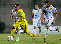 MEDELLÍN- COLOMBIA, 17-04-2018:Sebastian Gomez (Centro) jugador de Leones de Itaguí disputa el balón con Carlos Robles (Der.) jugador del Deportes Tolima durante partido por la fecha 16 de la Liga Águila I 2018 jugado en el estadio Metropolitano Ciudad de Itagui. / Sebastian Gomez (Center) player of Leones of Itagui fights for the ball with Carlos Robles (R) player of Deportes Tolima during the match for the date 16 of the Liga Aguila I 2018 played at the Metropolitano ciudad de Itagui. Photo: VizzorImage / León Monsalve / Contribuidor