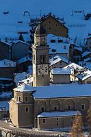 Italie, Val d'Aoste, Parco Nazionale del Gran Paradiso (Parc National du Grand Paradis), Cogne: le village et l'église paroissiale Saint-Ours //Italy, Aosta Valley, Parco Nazionale del Gran Paradiso (Gran Paradiso National Park), Cogne:  the village and the parish church of Saint-Ours