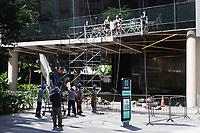 SÃO PAULO, SP, 03.06.2021 - IMAGEM-SP - Operários substituem vidraça em prédio na esquina da Rua Frei Caneca com a Avenida Paulista, nesta quinta-feira, 3. (Foto Charles Sholl/Brazil Photo Press)