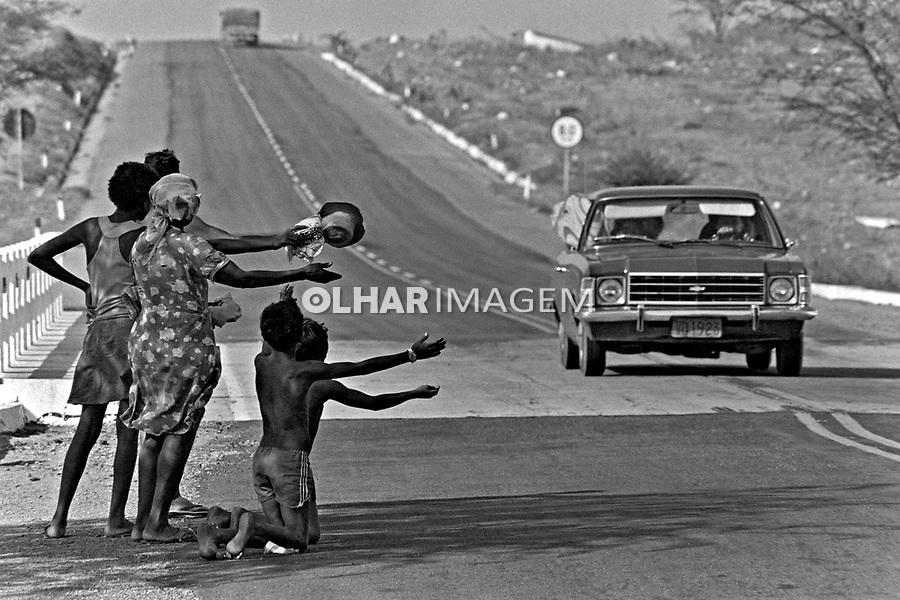 Flagelados da seca pedem ajuda na estrada, sertão do Ceará. 1983. Foto de Juca Martins.