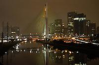 SAO PAULO, SP, 23 MARÇO DE 2013 - HORA DO PLANETA: As luzes da Ponte Jornalista Otavio Frias de Oliveira (Ponte Estaiada), foram apagadas na noite deste sabado para participar da Hora do Planeta. FOTO: LEVI BIANCO - BRAZIL PHOTO PRESS.