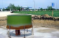 Ungarn, Bau einer Windkraftanlage eines privaten Investors, ein Aral Tankstellen Betreiber, Fundament für Enercon E40 Windkraftanlage in Mosonmagyarovar / HUNGARY construction of Enercon E40 wind turbine