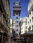 Portugal, Lissabon: Der Elevador de Santa Justa in der Baixa stellt als Fahrstuhl die Verbindung zum hoehergelegenen Bairro Alto her | Portugal, Lisbon: Elevador de Santa Justa