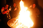 Foto: VidiPhoto<br /> <br /> VALBURG – Net als in de rest van Nederland werd ook in het Betuwse dorp Valburg illegaal vuurwerk afgestoken en werden de regels van de overheid aan de laars gelapt. Al vroeg op de avond werd er geknald, zij het minder dan andere jaren. Anderen zochten, met inachtneming van de coronaregels, gezelligheid bij elkaar, zoals vuurkorven en -tonnen.