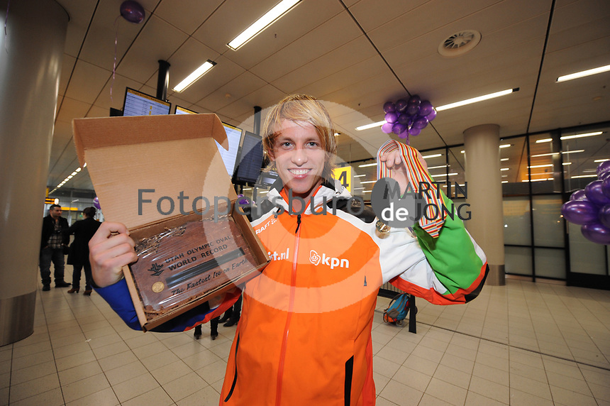 SCHAATSEN: SCHIPHOL: Luchthaven Schiphol, 29-01-2013, Seizoen 2012-2013, Aankomst schaatsers Team Beslist.nl na succesvolle WK sprint, ©foto Martin de Jong