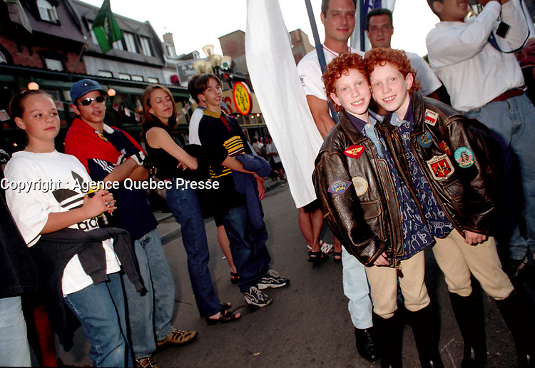 Defiler des Jumeaux, Juste Pour Rire <br /> 17 Juillet 1998<br /> <br /> Montreal (Qc) CANADA - July 17, 1998<br /> -File Photo -<br /> Twins parade at Just for laugh festival<br /> <br /> PHOTO :  Agence Quebec Presse